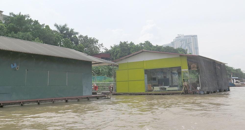 Né tránh trách nhiệm giải tỏa nhà hàng nổi trên sông Hồng