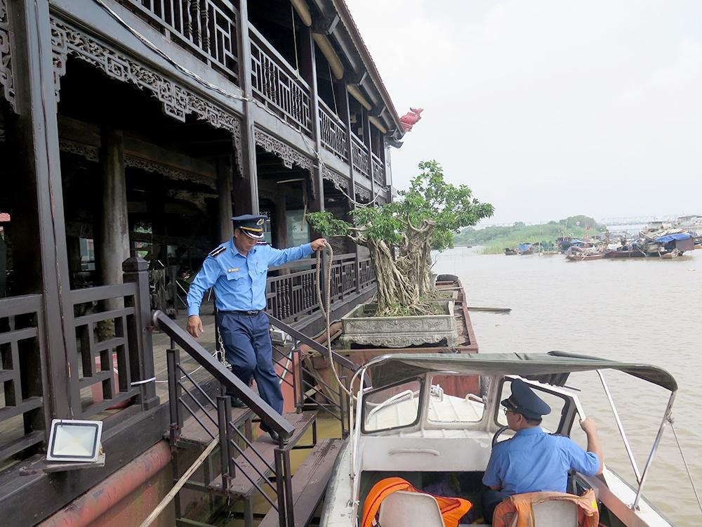 Nguy hiểm hàng loạt nhà hàng nổi vô chủ trên sông Hồng
