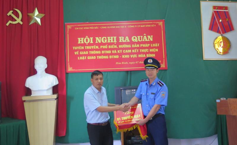 Học sinh Điện Biên vượt suối trong túi nilon được tặng xuồng máy (Nguồn ATGT.VN)